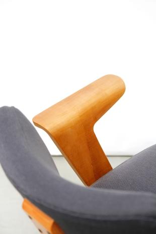Detail gerestaureerde armleuning Cor Alons fauteuil
