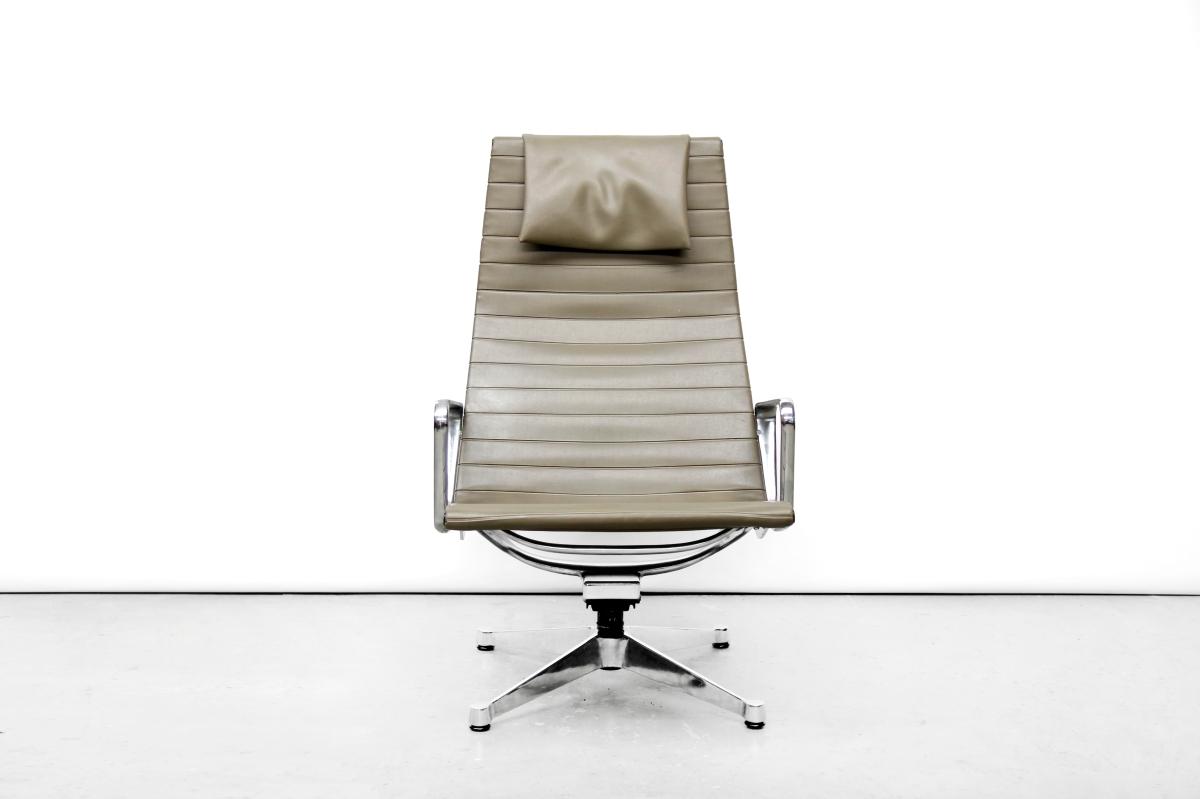 Groene eames ea124 lounge chair van charles en ray eames voor herman miller van ons - Originele eames fauteuil ...