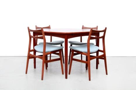 Vierkante teakhouten eetkamertafel met vier Erik Buch stijl eetkamerstoelen Deense eetkamerset Danish dining set