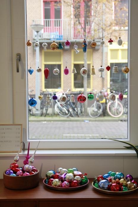 VAN ONS vintage kerstmarkt met oude bont gekleurde kerstballen kerstfiguren