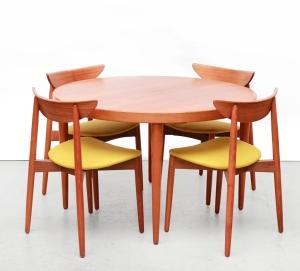 Deens design tafel en stoelen te koop bij VAN ONS winkel met vintage design meubels in Amsterdam
